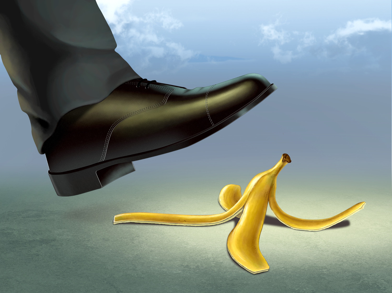 Человек наступает на банановую кожуру