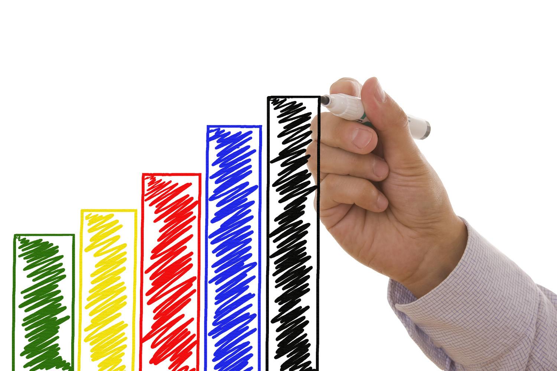 Рука рисует диаграмму маркером